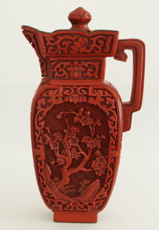 Lacquer jug with floral patterns and birds – China – Late 20th century