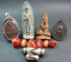 4 Buddhist amulets together with 6 Carnelian prayer beads and 2 Dzi beads - Thailand and Himalayan regions - second half of the 20th century.