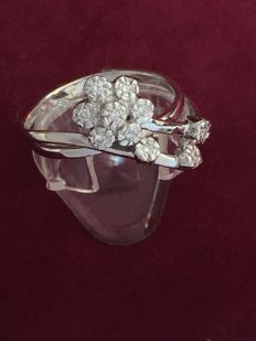 18 kt white gold ring with flower decoration and diamonds totalling 0.10 ct, colour: G, clarity: VS
