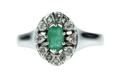14 kt white gold women´s ring set with an entourage of diamonds and emerald - ring size 18