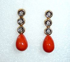 Long earrings with noble coral blood corals in 14 kt / 585 gold mounts with 6 diamonds of 0.18 ct.