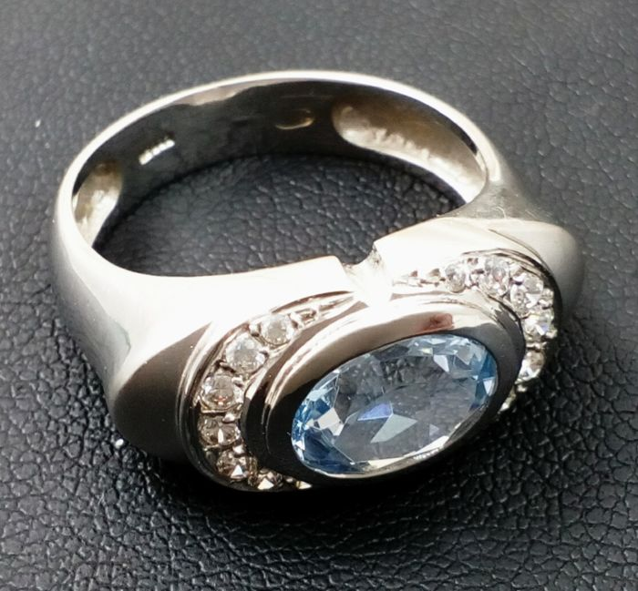 Ring in shiny/matte 18 kt/750 white gold with faceted oval aquamarine. Weight: 5.6 g.