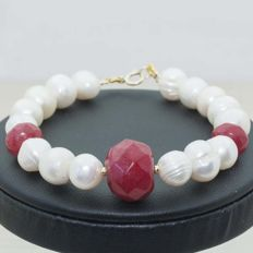 18 kt gold bracelet composed of pearls and faceted rubies - 19 cm.