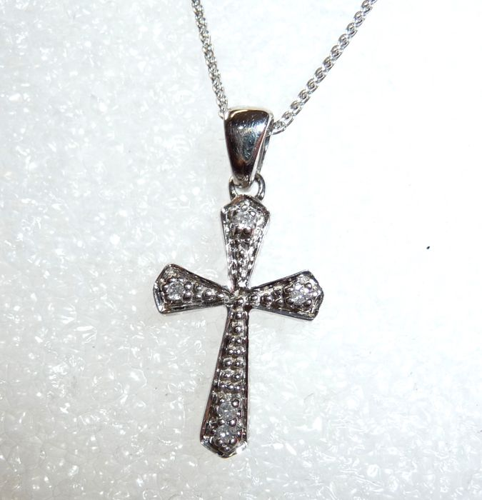 Necklace with cross pendant set with 5 diamonds of 0.05 ct 9 kt / 375 white gold, no reserve price