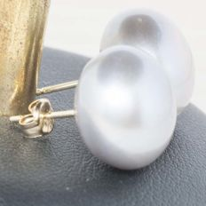 Earrings in 18 kt Gold with Grey Cultured Pearls — 14 mm