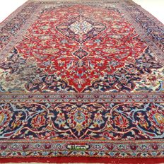 "Signed Keshan – 328 x 199 cm – ""Large Persian carpet in beautiful condition"" – With certificate"