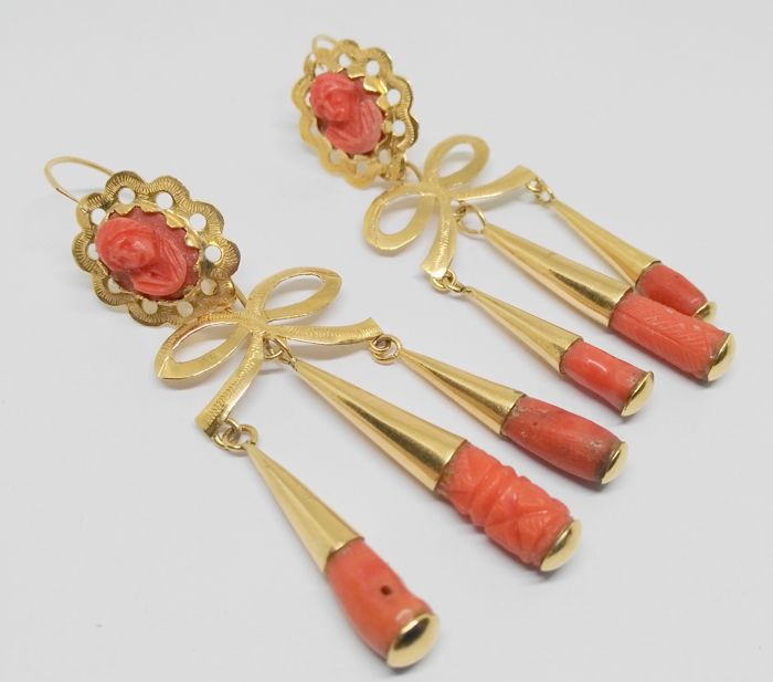 Bow earrings in yellow gold with pieces of coral – 18 kt – Weight: 14.1 g – Length: 7.5 cm