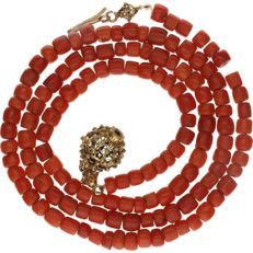 14 kt red coral necklace set with yellow gold clasp, strung on fishing thread - Length:  48 cm