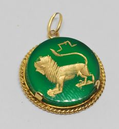 Yellow gold pendant - green agate with Leo zodiac horoscope.