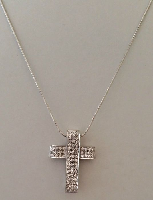 18 kt white gold necklace with cross pendant with 2.05 ct of diamonds. Necklace length: 45.4 cm
