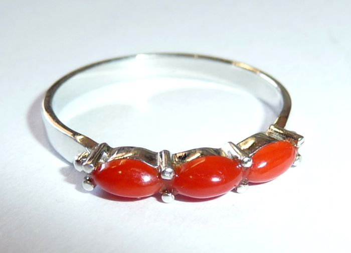 Ring, 14 kt/585 white gold with 3 natural blood corals in intense red, ring size 55/17.5 mm