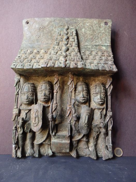 Monumental heavy bronze panel in relief of an OBA king and his followers - BENIN - Nigeria, region Benin City.