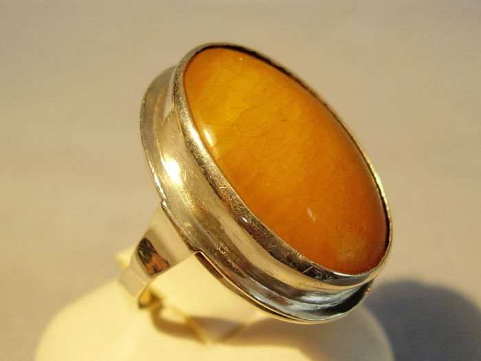 Art Deco ring with large natural amber cabochon, made around 1935/40