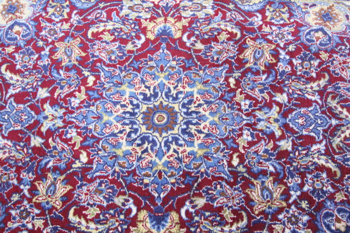 Fine Persian carpet Isfahan 1.07 x 0.70 fine wool knotted with silk on silk authentic great condition