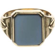 14 kt Yellow gold signet ring set with a blue layered stone - Ring size: 19.5 mm.