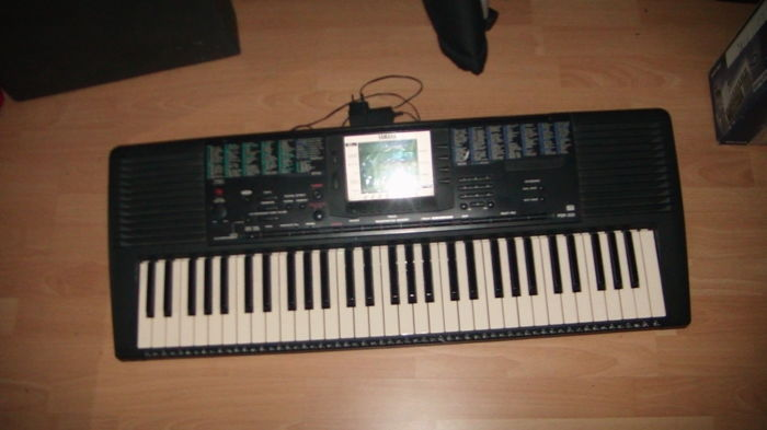 2 Keyboards: Yamaha PSR 330 and Bontempi