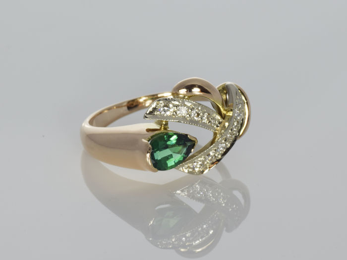 Gold ring with synthetic emerald and diamonds – No reserve price