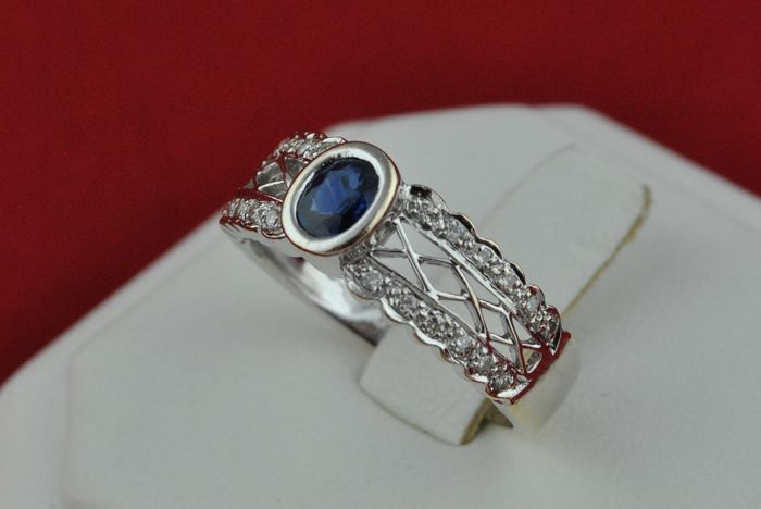 Sapphire (5.2mm x 4mm x 2.3mm) & 24 Diamonds (tot.+/- 0.20ct HI/SI) set on 18k White Gold Ring - E.U Size 53 *Re-sizable
