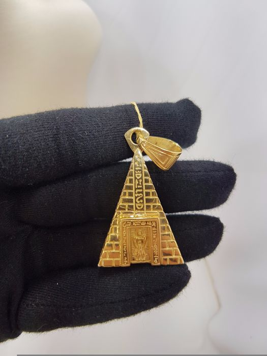 18ct Yellow Gold Egyptian Pyramid Pendant - Length Approx. 5.5cm