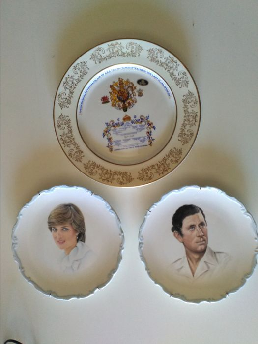 Three commemorative plates of 2 Royal Albert( 21 cm ) and 1 Aynsley(26 cm ) bone china porcelain