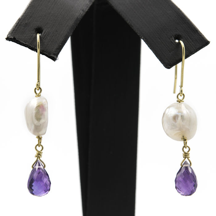 750/18 kt yellow gold – Earrings – Amethyst – Freshwater baroque pearls – Height of the earring: 41.00 mm (approx.)