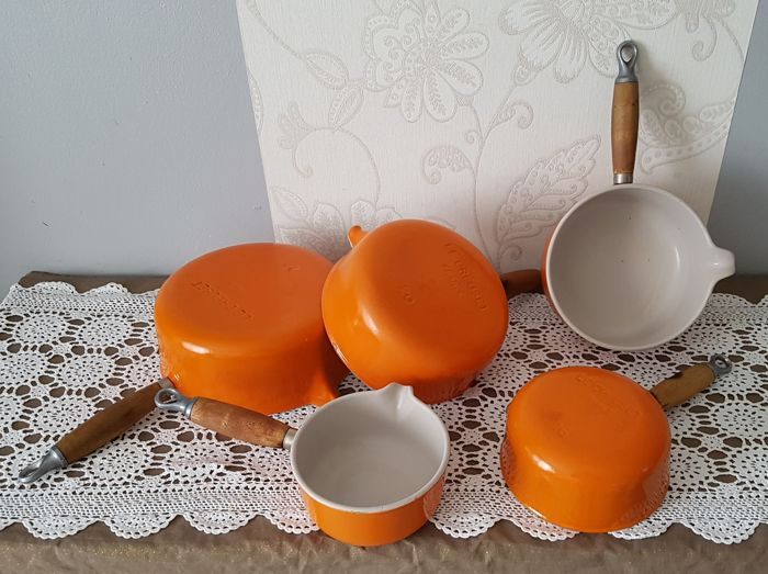 Le Creuset - 5 orange pans with spout