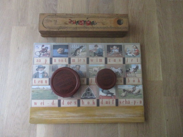 Slate pencil box and original Hoogeveen 'Aap-Noot-Mies'- reading board - mid-20th century.