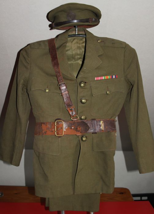 Complete officer's Army uniform (jacket, pants, hat, belt), Great Britain (George VI) with Sam Brown belt in good condition