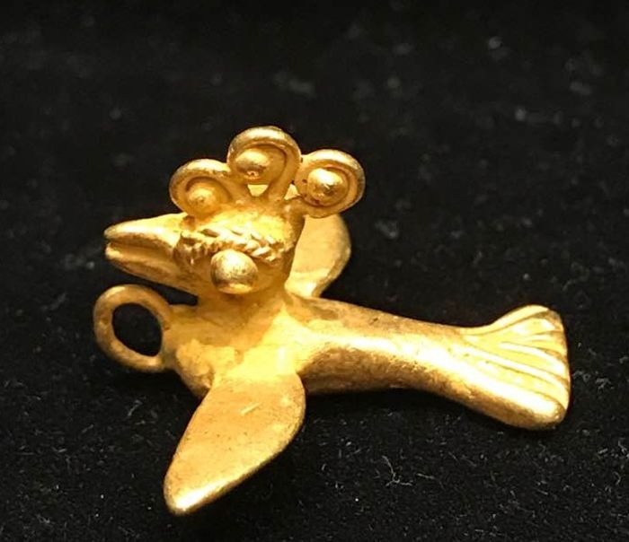 A little Tumbaga Gold artifact , Colombian Tairona Culture  - 22 x 30 x 14 mm , 4,9  grams, A pendant of a paradise´s bird