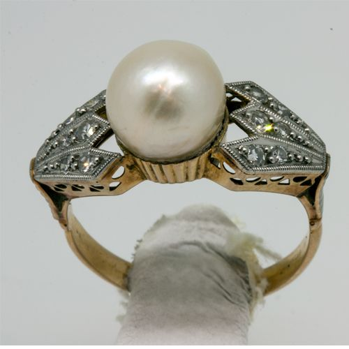 Ring with natural pearl and diamonds