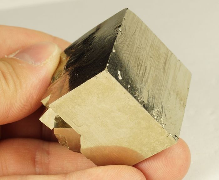 Pyrite Golden big cube with some smaller crystals  - 3,5 x 3,5 x 3,3 cm - 159gm