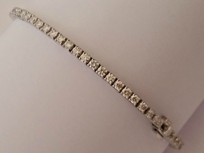 Tennis bracelet in 18 kt white gold with diamonds totalling 3.40 ct – Total weight: 9.37 g – Length: 19 cm