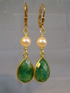 Long emerald pendeloque in total 13 ct with authentic salt water pearls