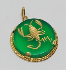 18 kt yellow gold pendant – Green agate with Scorpio astrological sign on it.