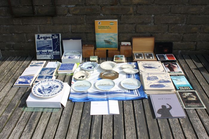 Shipping trade lot: ashtrays, tiles and other accessories.