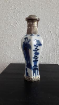 Perfume bottle, porcelain with a silver armature – China – ca. 1700 (Kangxi period 1662-1722)