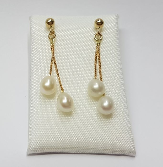 14 kt Gold ear studs with Cultured, drop-shaped Pearls. Measurements of Pearls: 5 mm