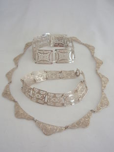835 Filigree silver necklace (45 cm) and 2 bracelets (835 and 800 silver); 19.5 and 21 cm.