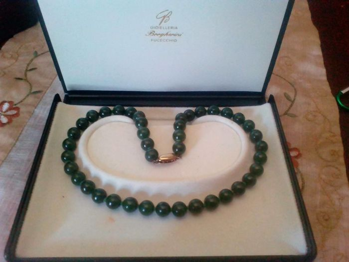 Necklace in genuine jade, from circa 1955 with silver clasp. Weight: 66 g