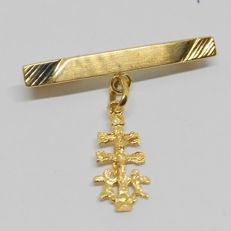 Yellow gold brooch with Caravaca cross as a pendant.