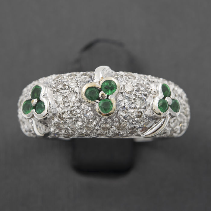 18 kt (750/1000) white gold – Ring in lucky three-leaf clover design – 1.20 ct brilliant cut diamonds – 0.45 ct round cut emeralds – Ring inner diameter: 16.90 mm
