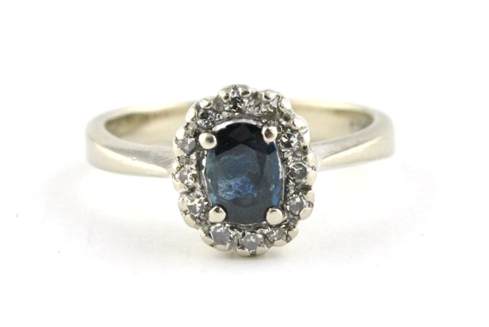 Oval Sapphire & 12 Diamonds (tot. +/-0.20ct)  set on 14k White Gold Ring - Size 48; Re-sizable
