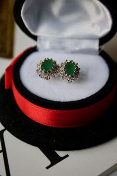 Entourage 14kt. White gold earrings with Emerald and diamonds H/SI; approx. 0,96 Ct. gems in total
