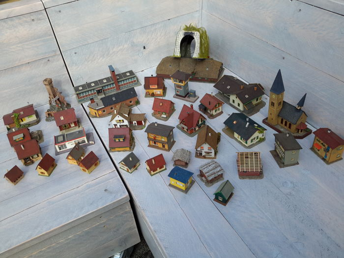 Vollmer/Kibri/Pola and others H0 - A large collection with various houses and buildings, a total of 35 pieces