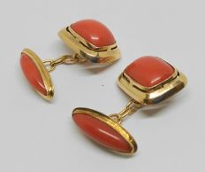 18 kt yellow gold cufflinks with salmon coral.