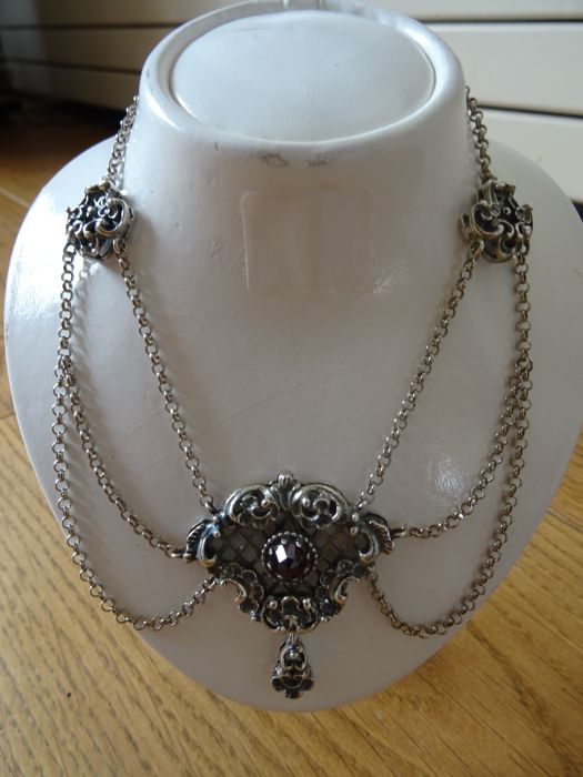 Silver necklace with diamond cut garnet
