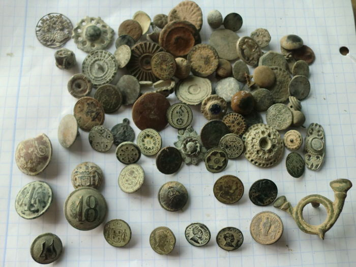 Pretty lot of 77 old buttons (17th to 19th centuries) civilian and various military, variety in large and small sizes.