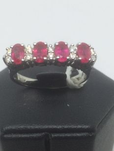 18 kt gold ring with 10 diamonds totalling 0.25 ct, colour G/VS1, and 4 rubies totalling 1 ct – Size 16
