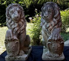 Pair of lions with coat of arms, made of grit - Italy - 20th century