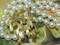 Japanese pearl necklace, Akoya salt water pearls, 7 mm diameter with 585 / 14 kt gold clasp and genuine 585 gold brooch